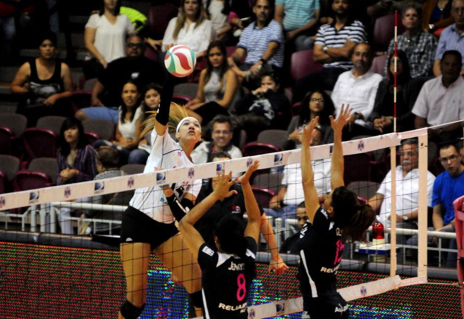 Haley Eckerman ataca la defensa del equipo opuesto.