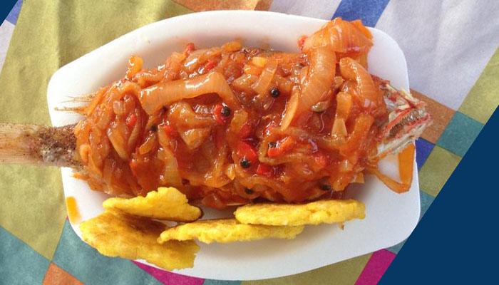Pescado frito con salsa de mojo isleño.