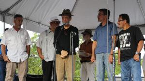 Varios ex presos políticos puertorriqueños, entre ellos Elizam Escobar, al centro, se dirigieron al público. (Voces del Sur / Pedro A. Menéndez Sanabria)