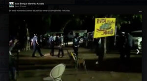Policías en el Campamento contra las cenizas en Peñuelas. (Captura / Facebook / Luis Enrique Martínez)