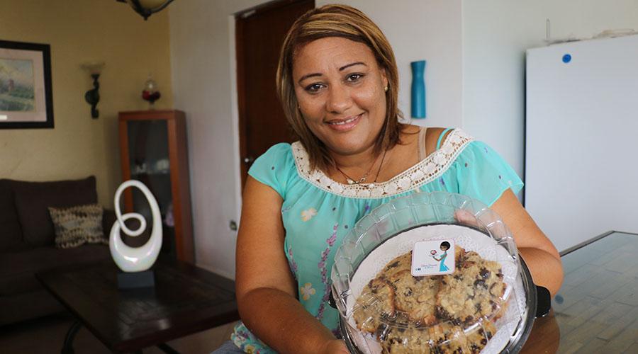La mujer policía Luz Celeste Torres creó Celeste Desserts & More para generar un ingreso adicional y facilitar su transición al retiro. (Voces del Sur)