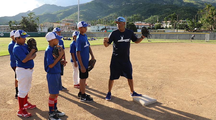 Roberto Alomar impartió una clínica de béisbol en Villalba. (Voces del Sur)
