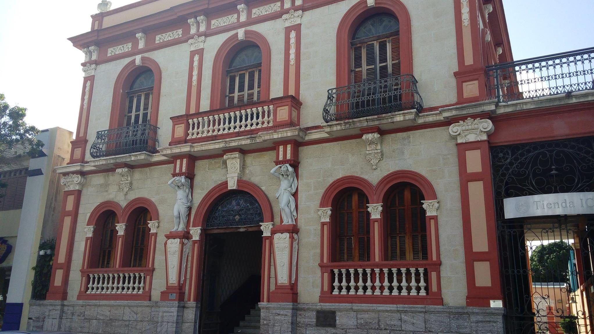 La casa Armstrong Poventud es uno de los edificios emblemáticos del casco urbano de Ponce.