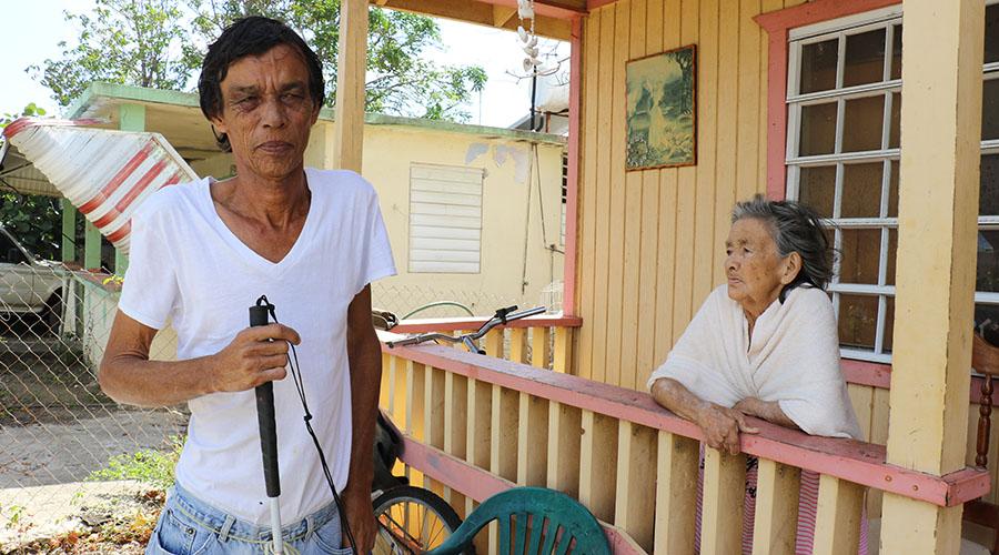 Ángel Pacheco pidió ayuda a Tito Kayak para energizar la vivienda de su progenitora Andrea Colón en la calle 6 de Manzanilla en Juana Díaz. (Voces del Sur)