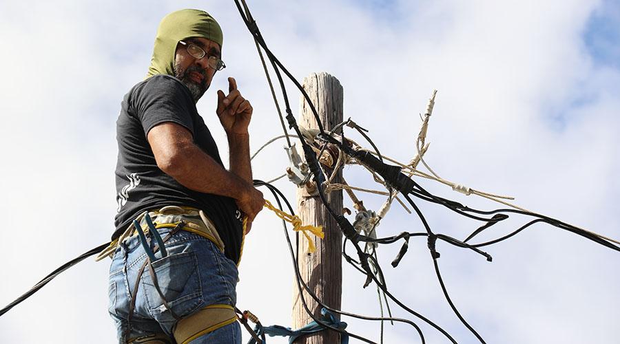 """Alberto de Jesús """"Tito Kayak"""" conectó las trenzas de varias casas con la asistencia de los vecinos. (Voces del Sur)"""