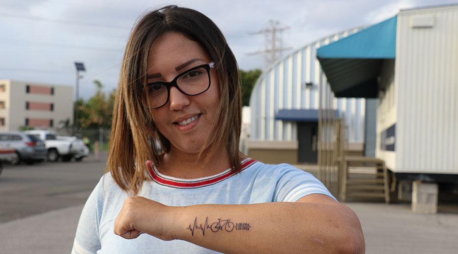 Judith Emely Soto, hija de Fernando Soto Castillo, se hizo un tatuaje para recordar a su padre. (Voces del Sur)