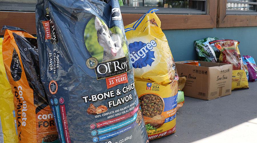 Parte de la comida para animales donada en Birriola. (Voces del Sur)
