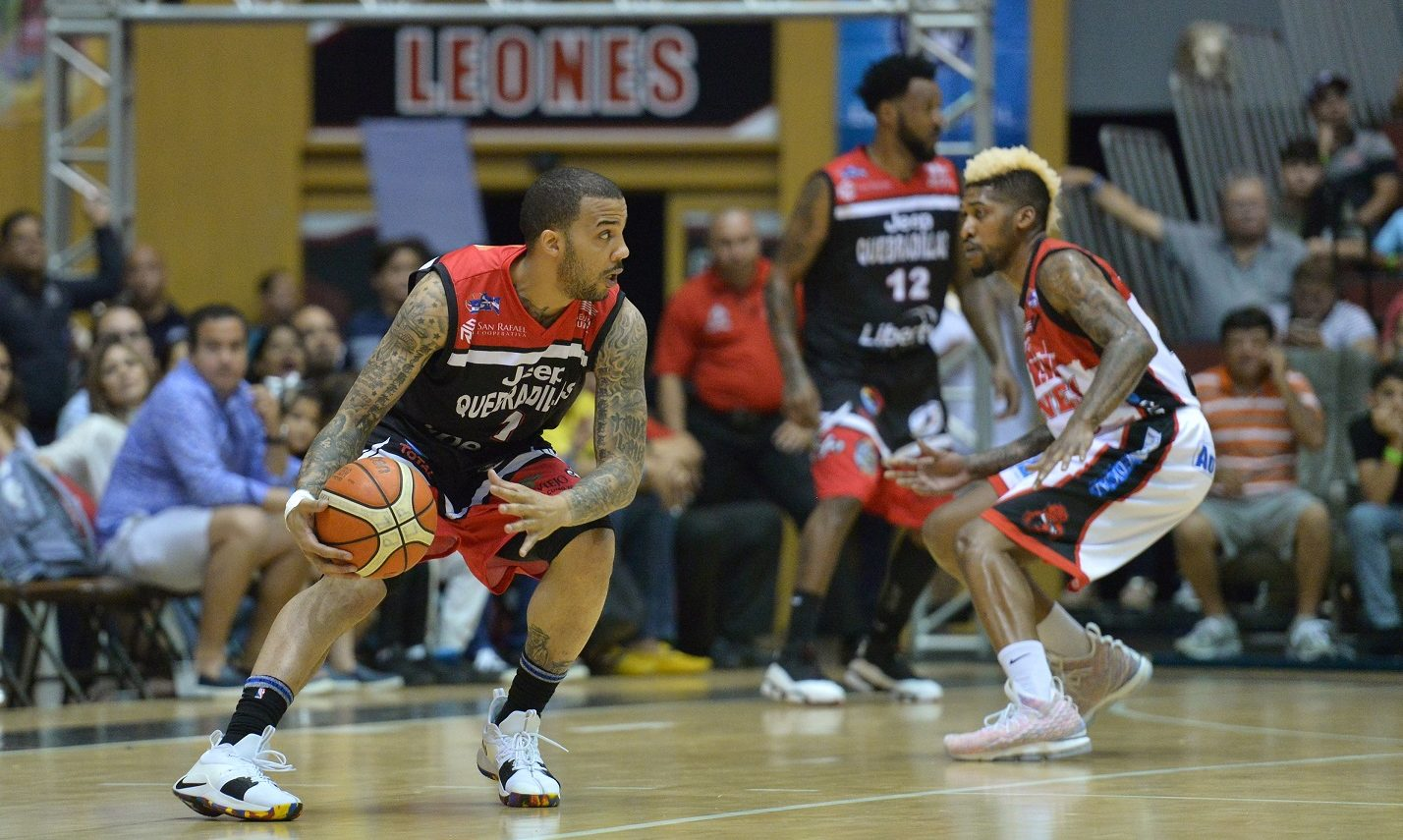 Carlos Emory contuvo a Marcus William con su defensa.