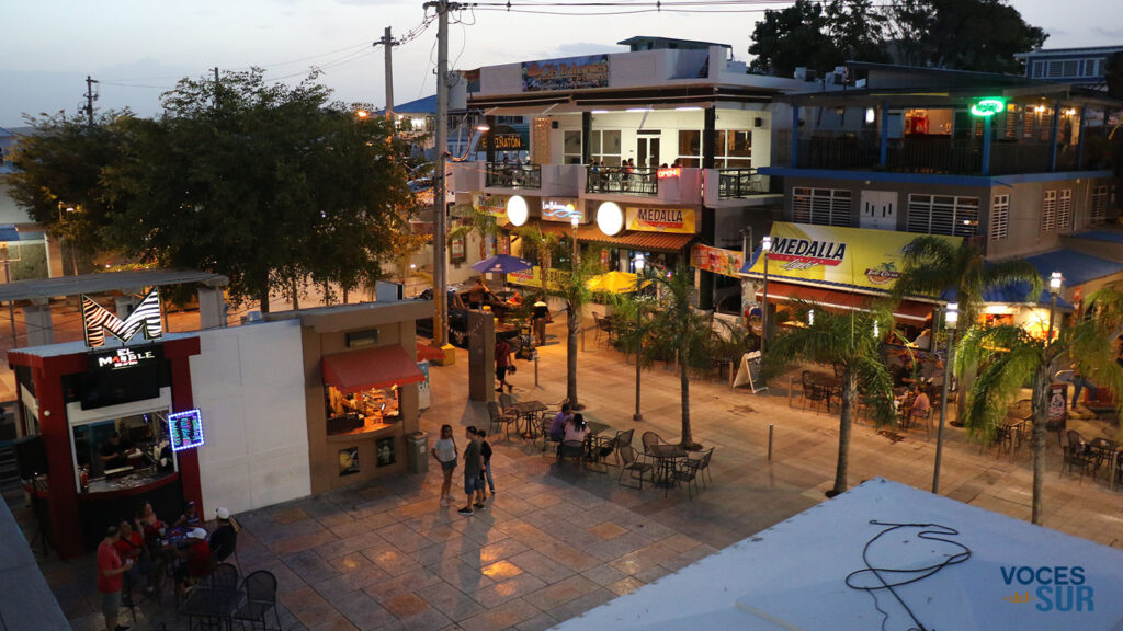 Vida nocturna en la plaza San Pedro de La Parguera. (Voces del Sur)