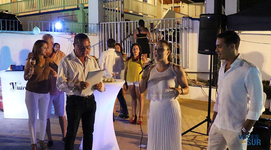 Sylmarie González y Juan Carlos Irizarry, dueños de Parguera Plaza Hotel, recibieron una proclama de felicitación del alcalde de Lajas, Marcos Irizarry. (Voces del Sur)