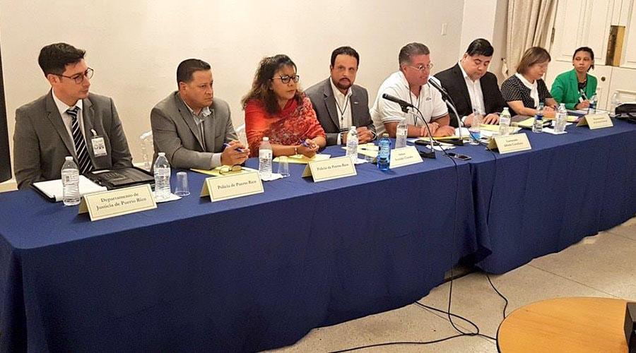 Al centro el monitor federal de la reforma, Arnaldo Claudio, y su derecha la coronela Clementina Vega, directora de la reforma, y el comisionado del Negociado de la Policía, Henry Escalera. (Facebook / Policía de Puerto Rico)