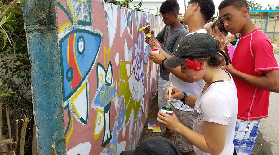 Los participantes de la Convivencia Ambiental 2018 remozaron un mural en Las Mareas. (Suministrada)