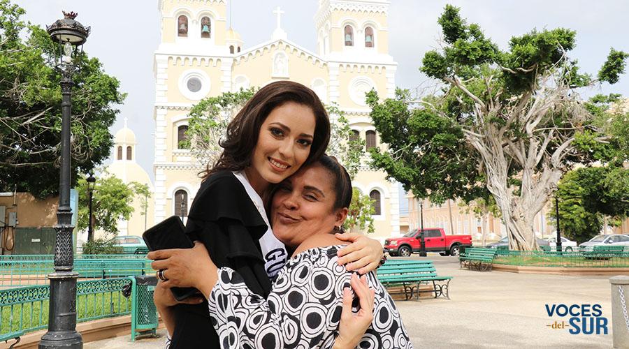 Jehanna López Hidalgo ha recibido el respaldo del pueblo guayamés. En la foto, junto a Irania Martínez Santiago, quien la detuvo en la plaza pública para saludarla. (Voces del Sur)