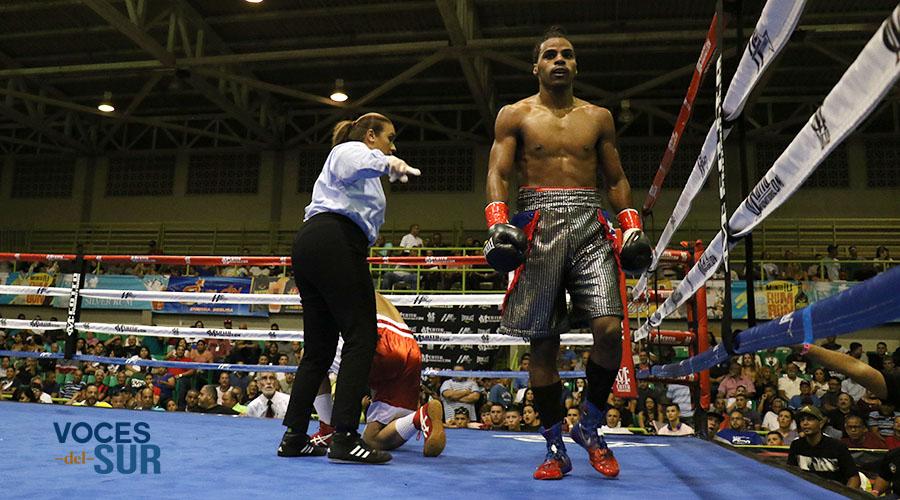"""Michael Lee, de Juana Díaz, venció por nocaut a Luis Ramos en la cartelera Boxeo Caliente en Salinas, efectuada en el Coliseo Ángel """"Cholo"""" Espada. (Voces del Sur)"""
