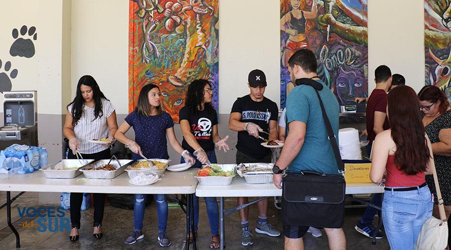 Estudiantes, profesores y empleados se unen como voluntarios en el Comedor Social. (Voces del Sur)