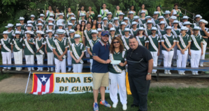 El alcalde hizo entrega del donativo a la Banda Escolar de Guayanilla.