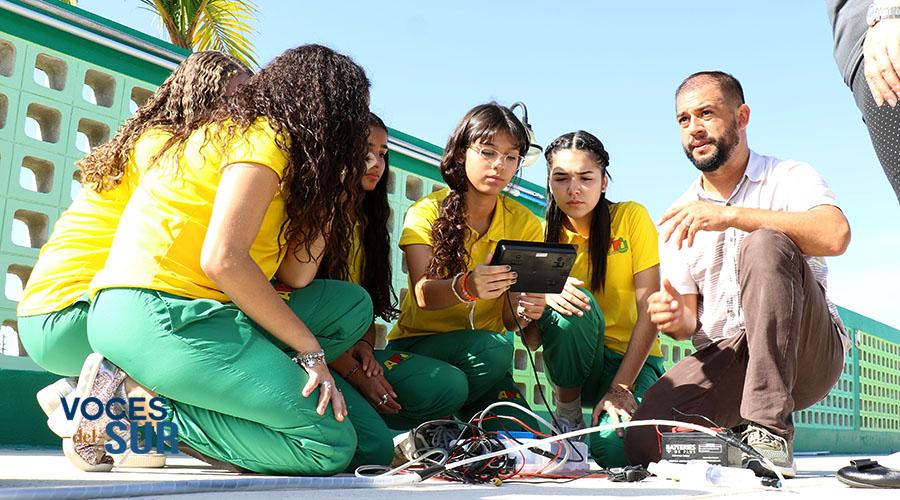 Los estudiantes aprenden a utilizan varias herramientas tecnológicas durante el proyecto.