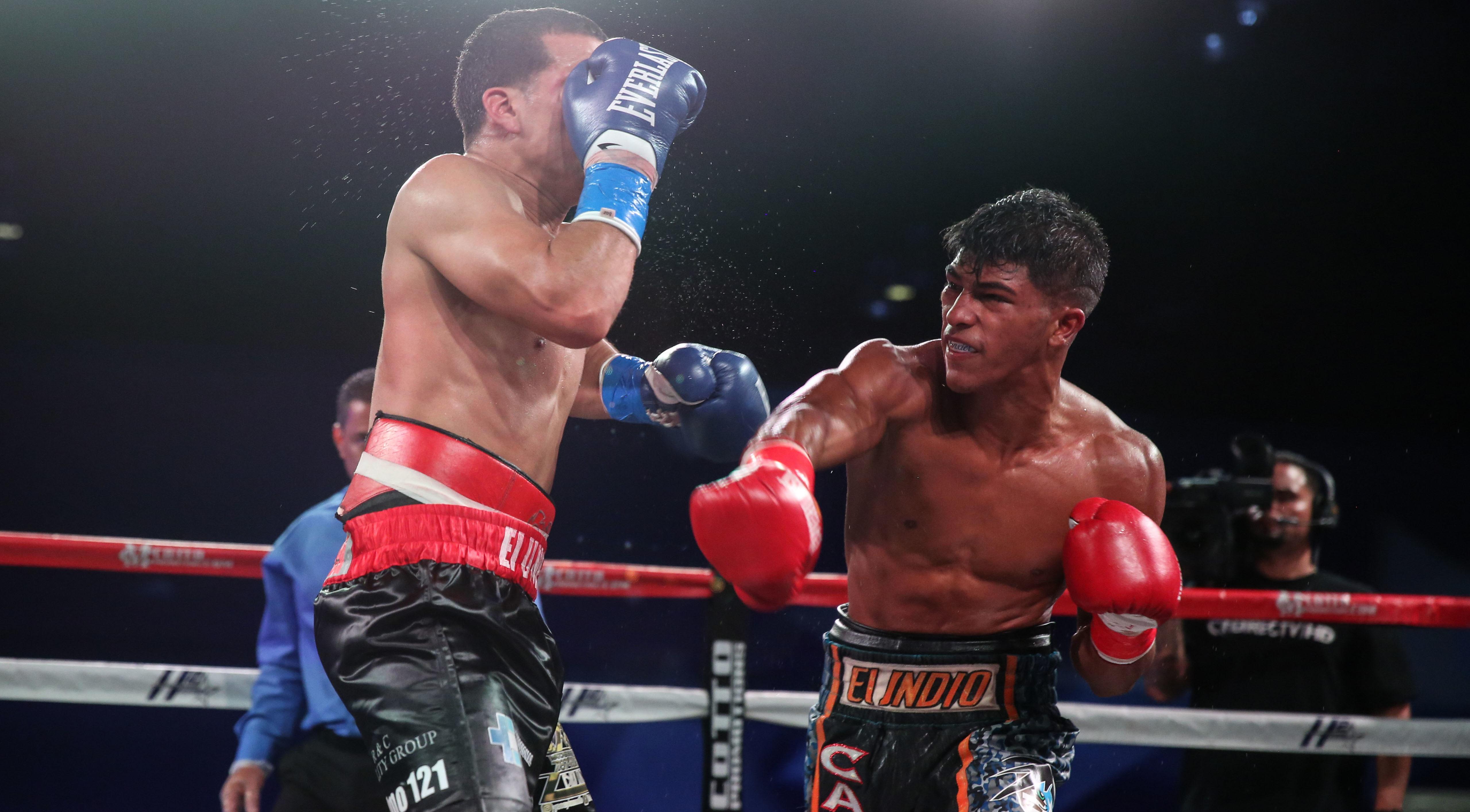 Ambos peleadores intercambiaron golpes en el centro del ring.
