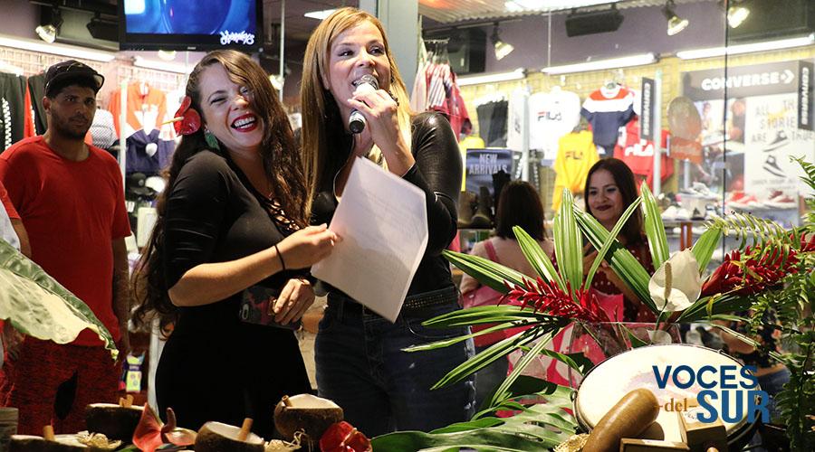 Tanairí García, del local Aloe Natural The Plant Shop, comparte con la animadora Saudy Rivera.