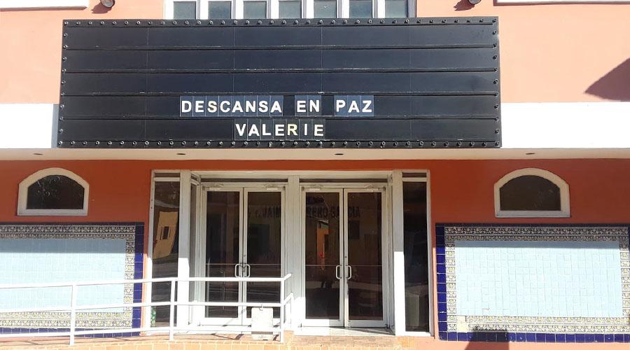 """El Teatro Sol de San Germán muestra el mensaje """"Descansa en paz Valerie"""" en el tablero donde se anuncian los nombres de las obras. (Facebook / Morella Morales)"""