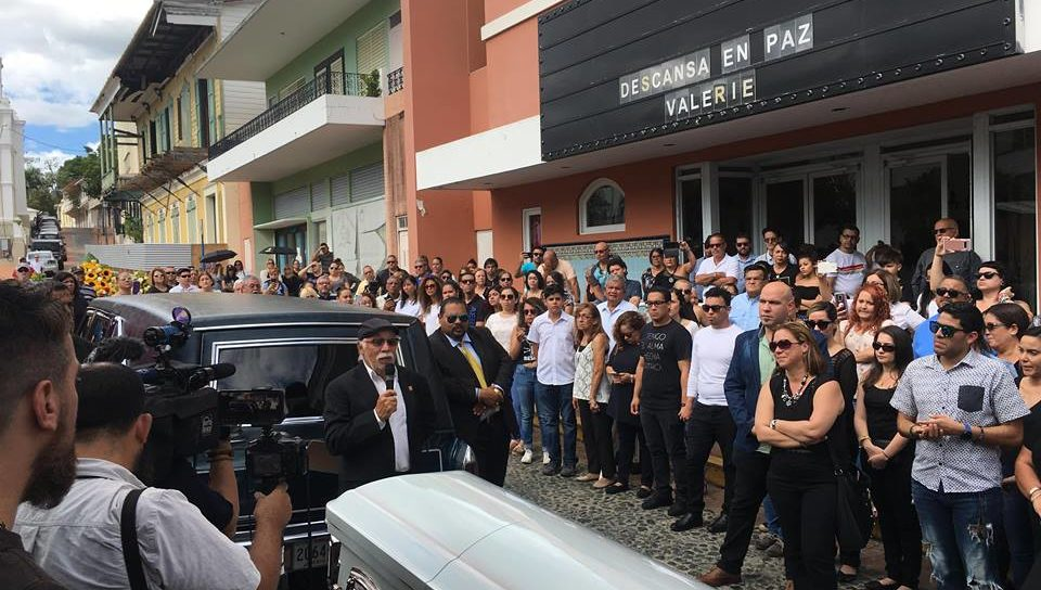 Valerie Ann Almodóvar Ojeda recibió hoy un homenaje musical frente al Teatro Sol de San Germán
