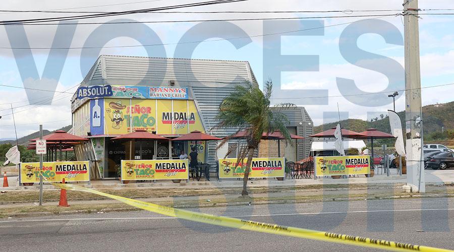 El cierre del perímetro llega hasta Señor Tacos en la PR-153. (Voces del Sur / Michelle Estrada Torres)