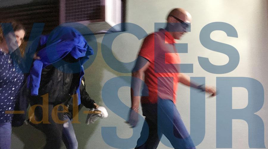 Mujer detenida por la Policía en relación a al asesinato de Valerie Ann Almodóvar Ojeda, a su salida del tribunal de Ponce el miércoles por la noche. (Voces del Sur / Michelle Estrada Torres)