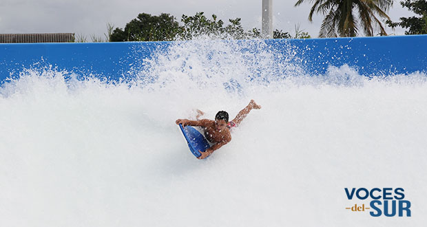 Un joven practica el bodyboarding en el Wave Oz FlowRider del Arroyo Surfing Park.