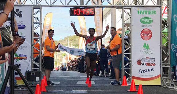 El ganador de la carrera fue Daniel Teklebraham, de Eritrea, con registro de 1:04:55. (Facebook / Municipio Autónomo de Coamo)