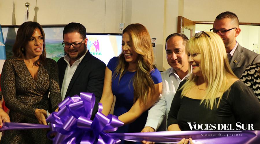 La licenciada Isamar Correa realizó el corte de cinta de la nueva oficina del Programa Vida Segura en Guayanilla.