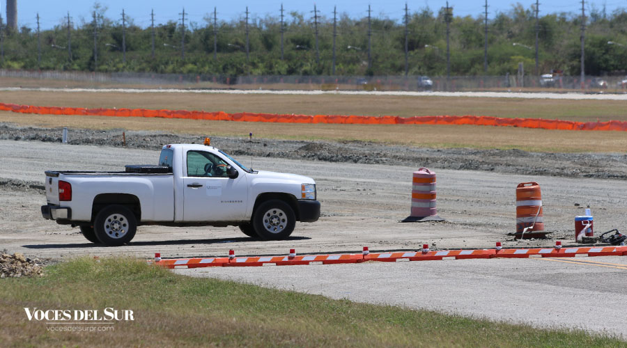 Trabajos en la pista del Aeropuerto Mercedita en Ponce. (Voces del Sur / Michelle Estrada Torres)