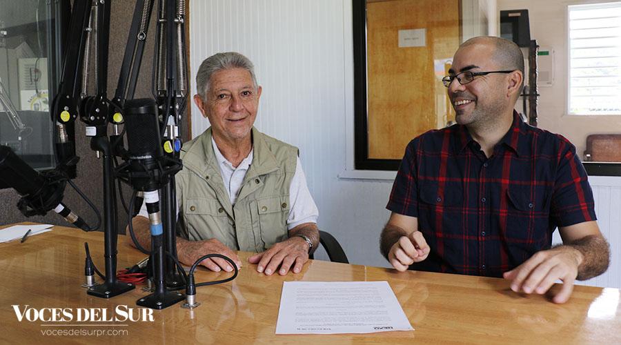 El fundador y director de Casa Pueblo, Alexis Massol González, y el editor de vocesdelsurpr.com, Pedro Menéndez Sanabria, firmaron el acuerdo de colaboración. (Voces del Sur / Michelle Estrada Torres)