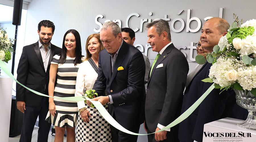 Integrantes del Grupo San Cristóbal participaron del corte de cinta del San Cristobal Cancer Institute.