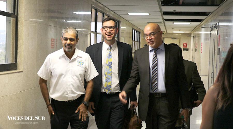 Alberto de Jesús Mercado junto a sus abogados Donald Milán Guindín y Ángel Mangual Correa. (Voces del Sur / Michelle Estrada Torres)