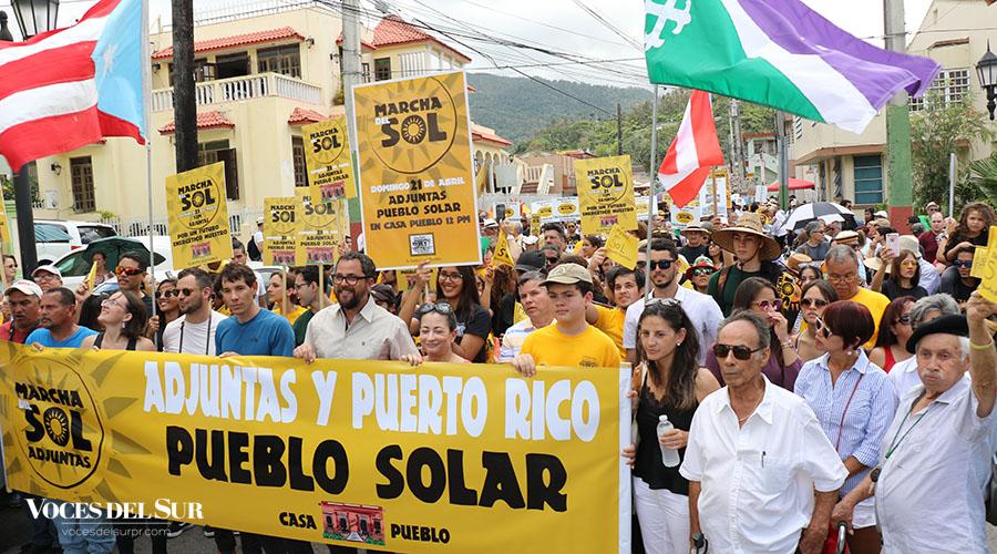 La Marcha del Sol pasando por la plaza pública de Adjuntas. (Voces del Sur / Michelle Estrada Torres)