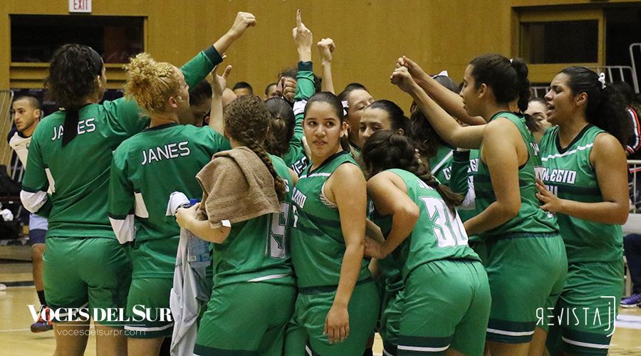 Las Juanas celebran su triunfo al culminar el partido en el Pachín Vicéns. (Voces del Sur / Michelle Estrada Torres)