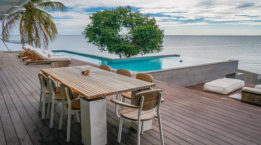 """Villa Mariposa cuenta con una piscina tipo """"infinity""""."""
