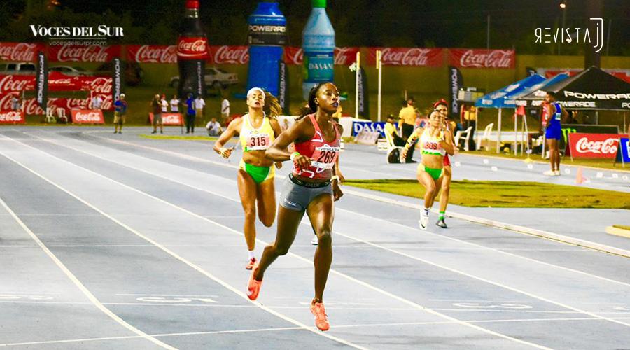 Asaine Hall estableció una nueva marca en los 200 metros al culminar la prueba en 22.93. (Voces del Sur / Revista J / Jean Cosme Crespo)