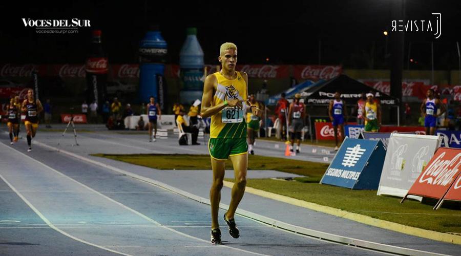 Samuel Morales, de la Interamericana, ganó oro en el evento de 3,000 metros con obstáculos. (Voces del Sur / Revista J / Jean Cosme Crespo)