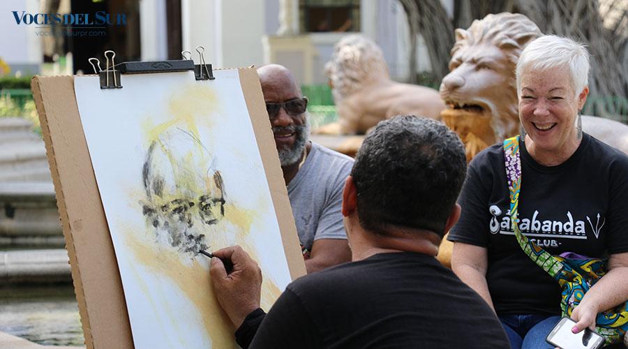 El artista Ismael Figueroa hace un retrato en la plaza Las Delicias en Ponce. (Voces del Sur / Pedro A. Menéndez Sanabria)
