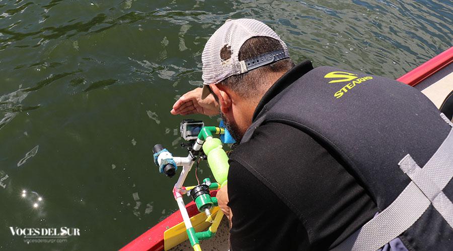 El profesor Samuel Cardeña Sánchez revisa el vídeo captado por el robot submarino.