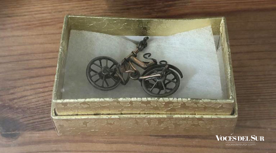 Colgante, la miniatura más antigua que tiene alrededor de 118 años. (Voces del Sur / Sara R. Marrero Cabán)