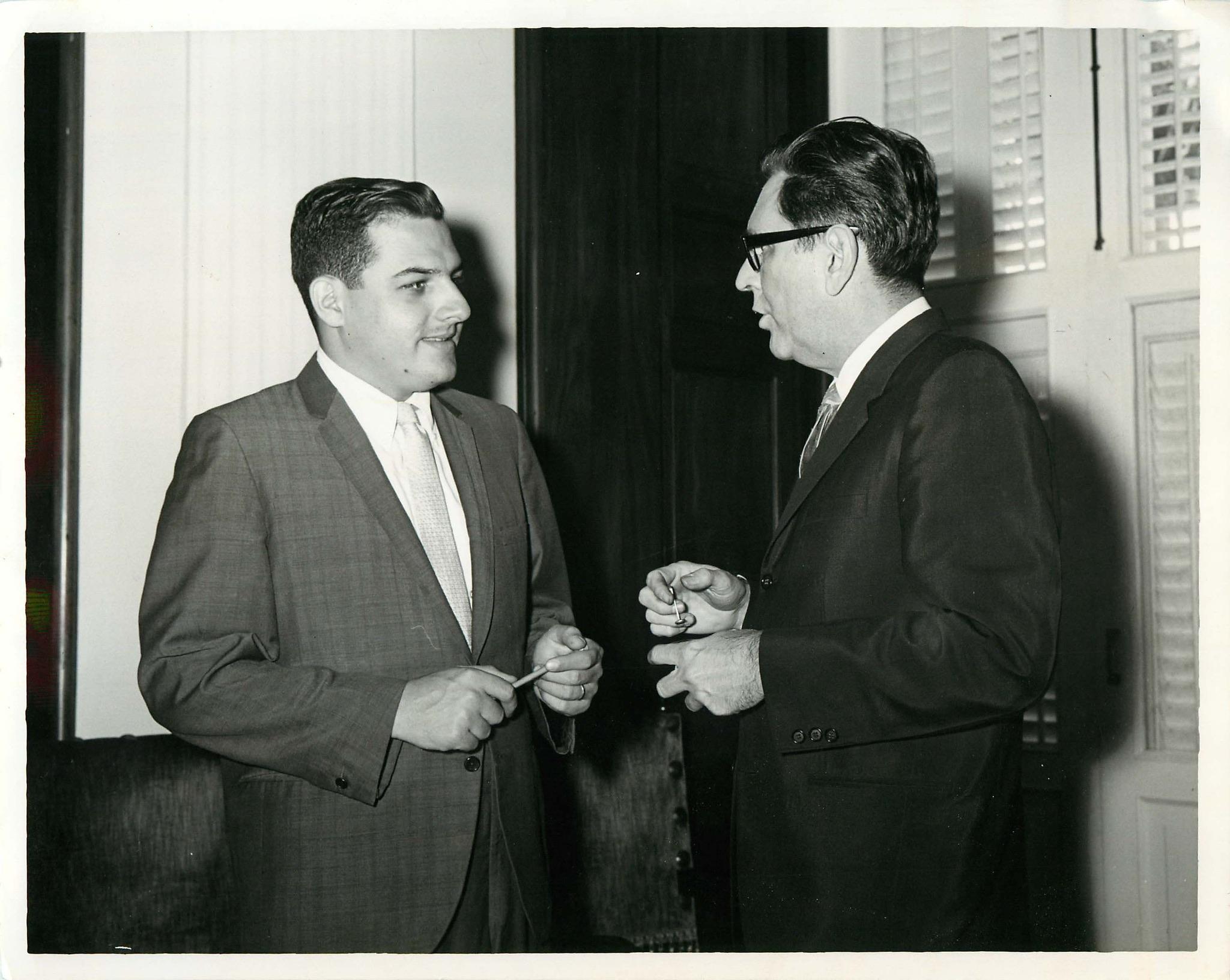 Rafael Hernández Colón conversa con el gobernador Roberto Sánchez Vilella. Foto de 1965. (Suministrada)