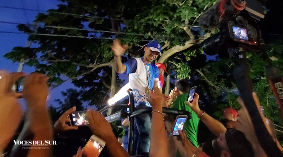 Collazo López saluda a las personas durante su recibimiento de pueblo en Villalba.