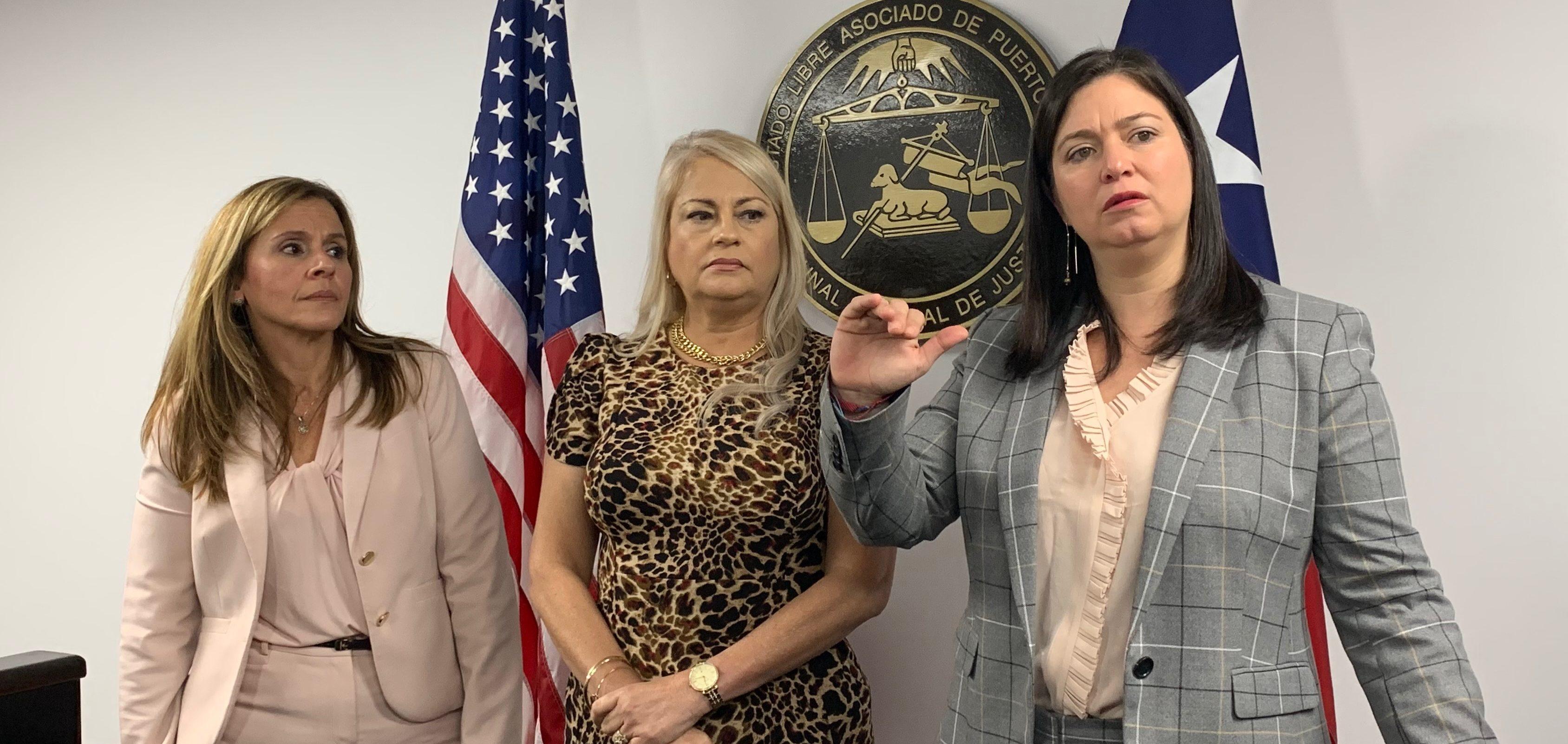 La jueza administradora del Tribunal de Ponce, Lissette Toro Vélez; la gobernadora Wanda Vázquez Garced y la jueza presidenta del Tribunal Supremo de Puerto Rico, Maite Oronoz. (Voces del Sur/Michelle Estrada Torres)