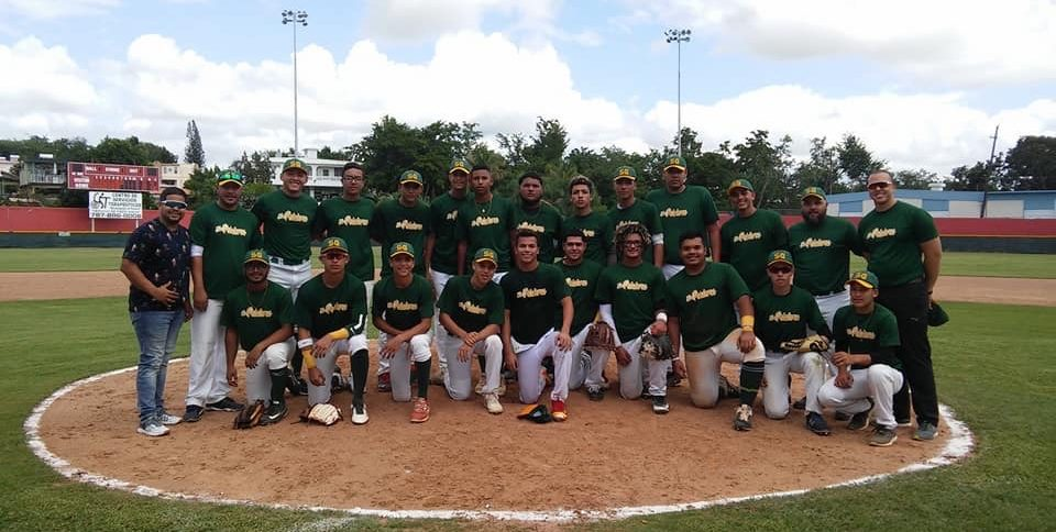 Integrantes del equipo de los Petateros de Sabana Grande en el torneo Roberto Alomar de la Liga de Béisbol Doble A Juvenil.