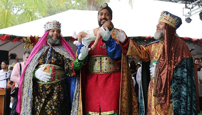 Melchor carga al niño Jesús, mientras le acompañan Baltasar y Gaspar.