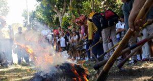 Los bomberos provocaron un fuego controlado en los predios del plantel para que los alumnos pudieran ver cómo se trabaja este tipo de situación.