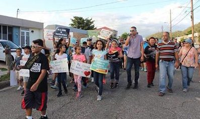 Los manifestantes recorrieron las calles de Guánica en una muestra masiva de repudio al cierre de la escuela Olga E. Colón Torres.