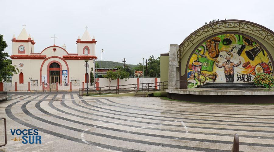 Plaza pública e iglesia de Guayanilla. (Voces del Sur)